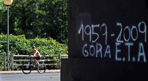 Un mur porte un graffiti basque signifiant «Longue vie à l'Eta», dans la petite ville de ZiZurkil, la veille de l'explosion qui a fait deux morts à Palma de Majorque.