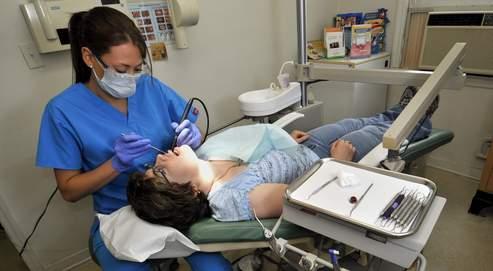 Une chirurgien dentiste traite une pariente à Bethel (Connecticut).