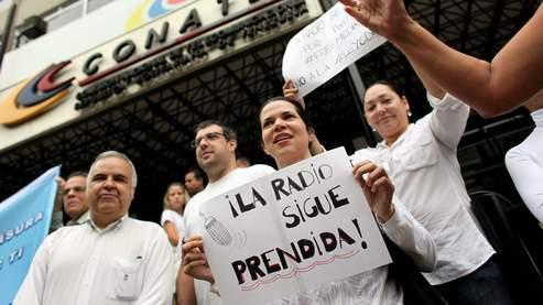 A l'annonce de cette décision, des centaines de personnes se sont immédiatement massées aux sièges des stations en signe de protestation, à Caracas.