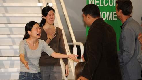 Laura Ling et Euna Lee, très émues, ont retrouvé leurs familles en descendant de l'avion.