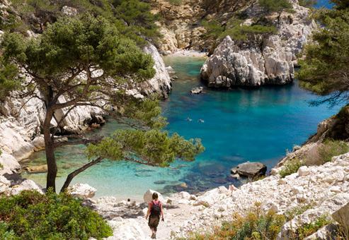 Les calanques reçoivent la visite de 1,3 million de touristes terrestres ou marins chaque année. Crédit : Mannakee Tim/SIME