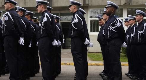 Cérémonie de sortie de la 214e promotion de gardiens de la paix, à l'École nationale de police de Rouen Oissel, en mai 2008.
