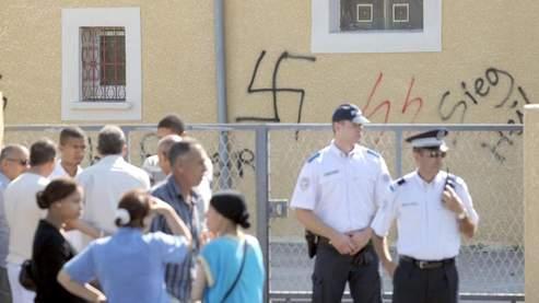 Des fidèles devant les inscriptions racistes sur la mosquée de Toul, mercredi.