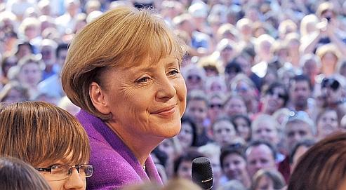 Interrogée sur sa coiffure, Merkel avoue suivre les conseils d'une visagiste. «Mais je cultive un style très pragmatique: la coiffure doit tenir au moins douze heures et je ne peux pas me repoudrer toutes les deux heures».