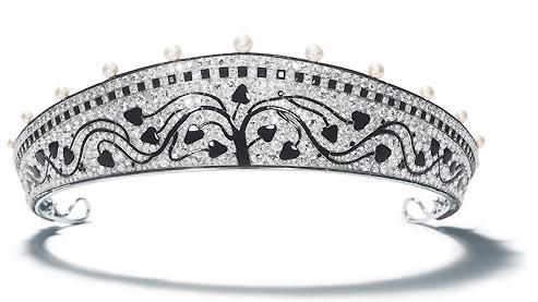 Au tournant du XXe siècle, Cartier évolue vers des formes stylisées et modernes. Ci-dessus, diadème en platine, diamants,  perles fines, onyx et émail noir, 1914.