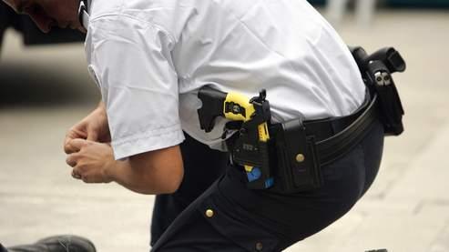 Un Taser à la ceinture d'un policier à Bordeaux.