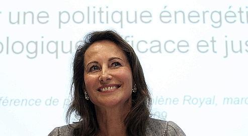 Ségolène Royal, mardi à Paris, lors de sa conférence de presse à propos du réchauffement climatique et de la taxe carbone.