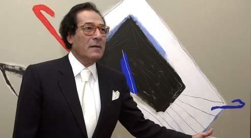 Francophone et francophile (ici au Caire en 2004 devant un de ses tableaux), Farouk Hosni fait figure de favori pour succéder au Japonais Koïchiro Matsuura.