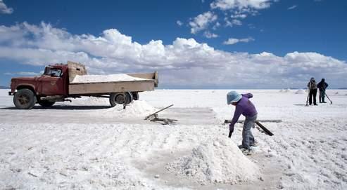 Le Salar d'Uyuni, une plaque de sel unique au monde. Aussi grand que l'Ile-de-France, l'endroit contiendrait près de 40% des réserves internationales de lithium, le plus léger des métaux et l'élément essentiel pour le développement de la voiture électrique.