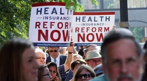 Des manifestants favorables à la réforme défendue par Obama brandissent des panneaux où l'on peut lire : «Réforme de l'assurance maladie: maintenant», au cours d'un meeting organisé par un sénateur démocrate dans l'Ohio.