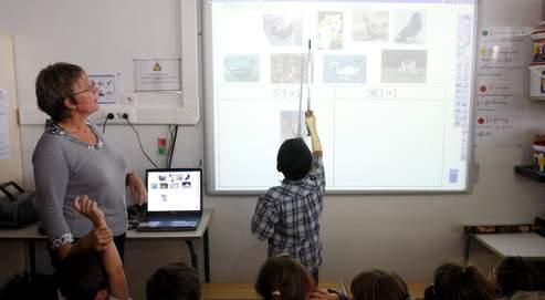À Élancourt, dans les Yvelines, toutes les écoles sont équipées de tableaux interactifs et d'environnements numériques de travail.