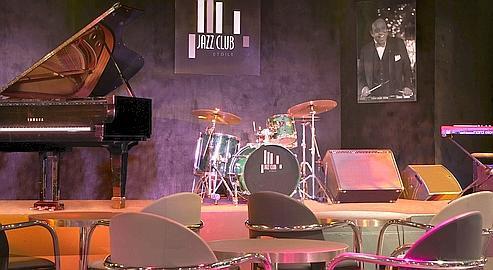 Coup de jeune au Jazz Club Etoile : nouveau décor, nouvelle carte e cocktails, et ouverture d'un sushi bar.
