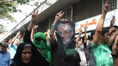 Des milliers de manifestants, portant des bracelets verts, ont crié à la gloire de leur chef, l'ancien candidat à la présidentielle, Mir Hossein Moussavi.