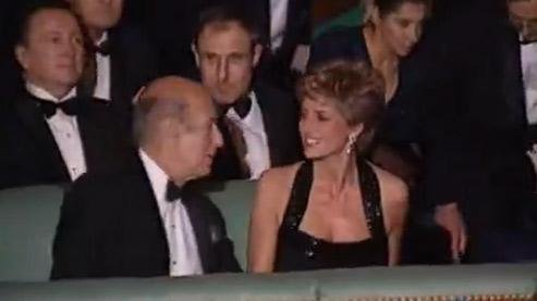 Valéry Giscard d'Estaing et Lady Di à Versailles, en 1994 (capture).