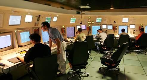 Des contrôleurs aériens surveillent sur leurs écrans des avions en approche, en août 2005, à l'aéroport de Roissy.