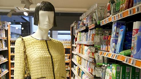 Un mannequin en tailleur en ravioles façon Chanel, qu'on peut croiser dans les allées du Monoprix des Halles.