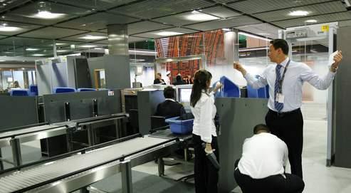Contrôle à l'aéroport de Roissy. Pour ce nouveau genre de terrorisme, seuls les rayonsX - et non plus les simples détecteurs de métaux - seraient efficaces.