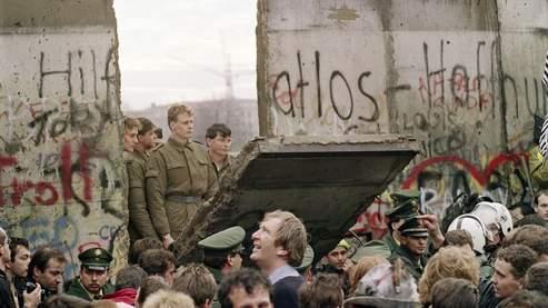 Le 11 novembre 1989, des habitants de Berlin ouest se massent devant le Mur.