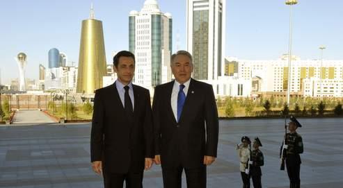 Le présidentdu Kazakhstan, Nursultan Nazarbaïev, pose avecNicolas Sarkozy, mardi à Astana.
