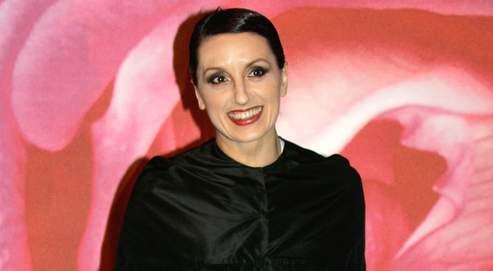 Luz Casal est devenue une star, grâce à l'interprétation de la chanson Piensa en mi de la bande originale du film Talons Aiguilles d'Almodovar.