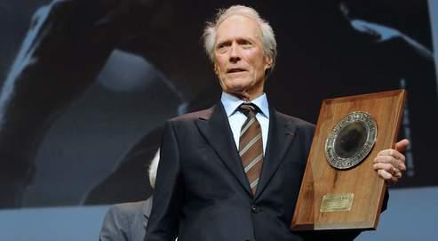 Clint Eastwood recevant, samedi, son prix, décerné pour l'ensemble de sa carrière et ses liens avec l'histoire du cinéma.