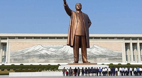 Soldats et groupes de travailleurs allant se recueillir devant la statue géante de Kim Il-sung dans le centre de Pyongyang. Crédit : DR