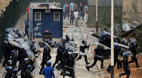 Affrontement entre manifestants et policiers algériens dans le faubourg de Diar Echems le 20 octobre.