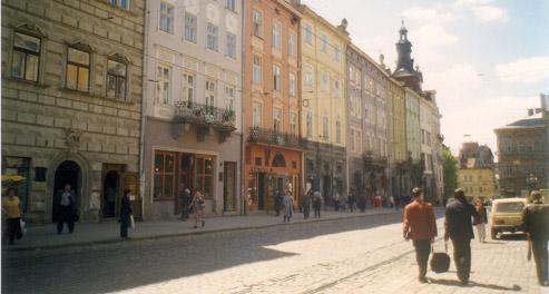 Photo d'une rue de Lviv en 1998. La Russie s'est toujours méfiée de Lviv l'Occidentale. Elle avait bien raison. Lviv fut l'un des fers de lance de la «révolution orange». Crédit : rjnagle