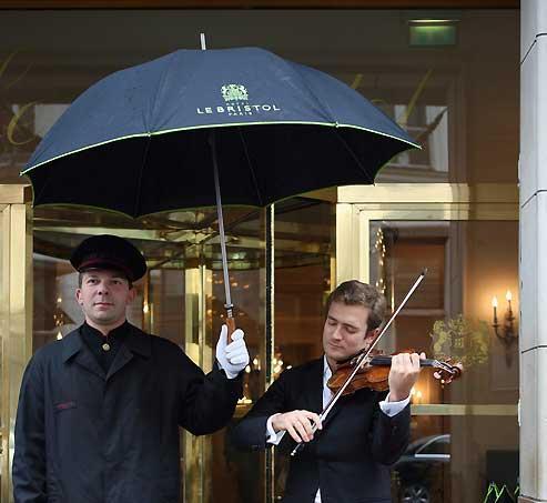 Sérénade devant l'entrée de l'hôtel Bristol, à Paris. Renaud Capuçon ou le violoniste intégral.