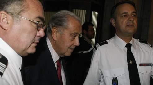 Charles Pasqua devra également payer 100.000 euros d'amende.