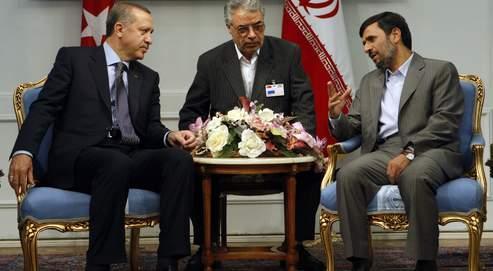 Le président iranien Mahmoud Ahmadinejad,à droite, en discussion avec le premier ministre turc Recep Tayyip Erdogan, à gauche, lors de leur rencontre au Palais présidentiel mardi à Téhéran.