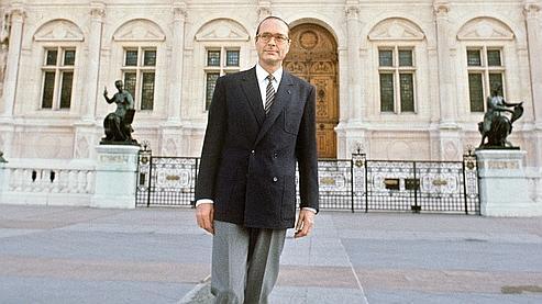 Jacques Chirac, le 24 novembre 1982 devant l'Hôtel de Ville de Paris.