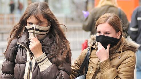 Faute de masques, les Ukrainiens se protègent comme ils le peuvent.