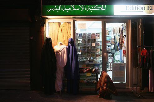 Dans Paris et dans toute la France, de nombreuses échoppes communautaires fleurissent et offrent la possibilité de se fournir en vêtements islamiques autant qu'en produits de beauté orientaux et livres saints.