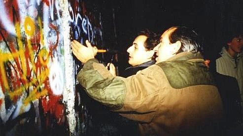 Nicolas Sarkozy a accompagné son témoignage par une photo, prouvant que lui aussi y est allé de «ses coups de pioche», le 9 novembre 1989.