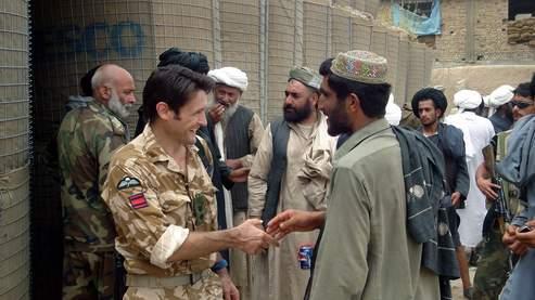 Un soldat britannique serre la main d'un civil Afghan, en 2007, dans la province d'Helmand.