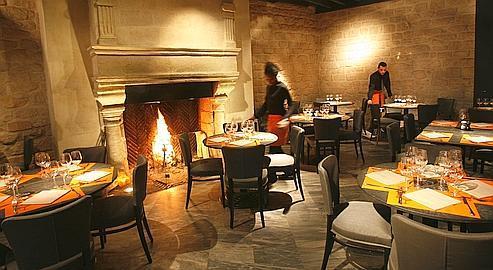 belle cheminée en pierre qui donne vie au décor à L'Atelier Maître Albert, annexe de Guy Savoy.