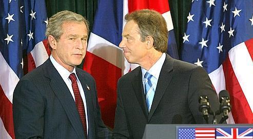 En avril 2003, lors d'une rencontre en Irlande, le premier ministre Tony Blair apportait son soutien au président américain George W. Bush.