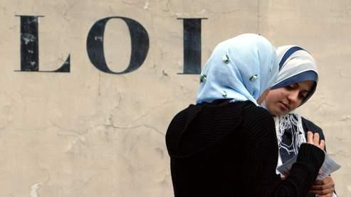 Deux jeunes femmes voilées aux abords de l'Assemblée nationale, à Paris.