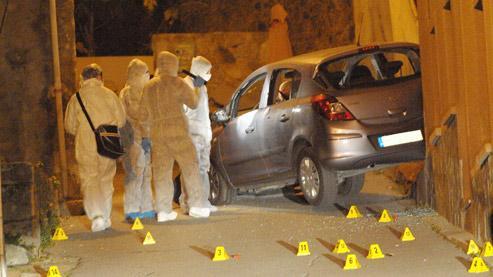 La pègre locale s'entre-tue. À Calenzana, près de Calvi, la police judiciaire enquête près du véhicule d'un délinquant corse, tué dans la nuit du 20 novembre. (Crédits photo : AFP)