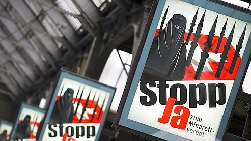 Après les affiches appelant à bouter les «moutons noirs» étrangers hors de Suisse, la propagande de la droite populiste avait encore fait scandale : ses affiches représentaient une femme complètement voilée devant le drapeau suisse couvert de minarets, dont la silhouette stylisée évoque des missiles.