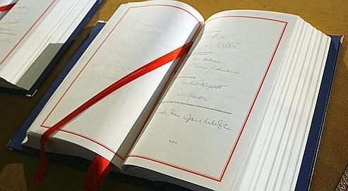 Le Traité de Lisbonne signé par le premier ministre britannique Gordown Brown, le 13 décembre 2007.