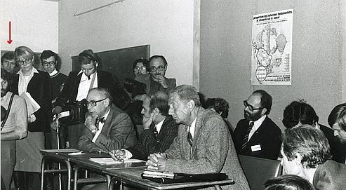 Sur cette photo, Alfredo Astiz -au fond à gauche, sous la flèche- apparaît dans une réunion d'exilés argentins à Paris.