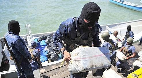 Des policiers du Nicaragua déchargent de la cocaïne saisie sur un navire. 17% de la production de l'Amérique latine serait désormais écoulée en Europe.