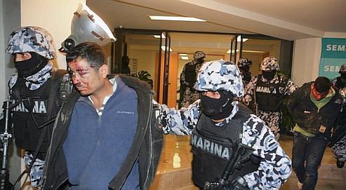 Un membre présumé du gang des «Zetas» est présenté lors d'une conférence de presse à Mexico, après qu'une dizaine de personnes soient mortes au cours d'une fusillade avec la police, le 4 décembre.