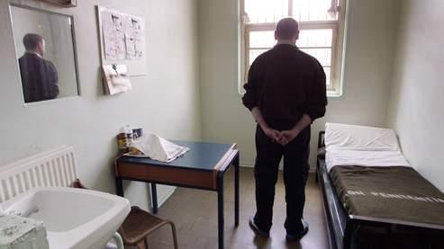 Un détenu dans une cellule de la maison d'arrêt de Fresnes.