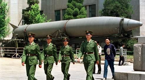 Des soldats chinois devant un missile nucléaire.