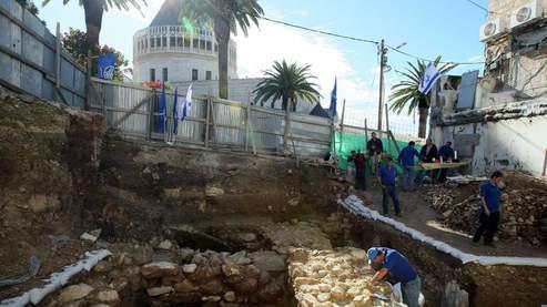 Le chantier archéologique se trouve à quelques mètre de la basilique de l'Annonciation, en arrière-plan. C'est là que, selon la tradition chrétienne, l'archange Gabriel apparut à Marie pour lui annoncer qu'elle portait Jésus.