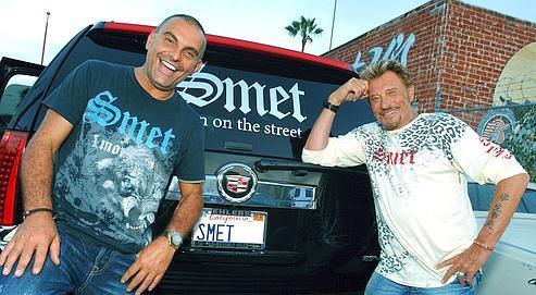En 2007, le chanteur et le styliste Christian Audigier posent pour présenter la ligne de vêtements «Smet».