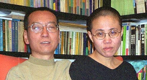 Liu Xiaobo en compagnie de son épouse, Liu Xia, à Pékin, en octobre 2002. Arrêtéen décembre 2008, l'écrivain, âgé de 53 ans, risque jusqu'à quinze ans de prison.